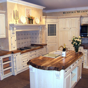 Kuhinja Luxury z orehovim pultom