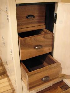 Tradicionalno izdelani orehovi predalčki so skriti v kuhinjskih omaricah