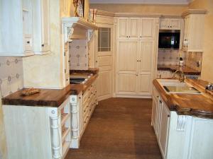 Razgibani sestav omaric, različne višine in globine so značilnost luksuznih kuhinj