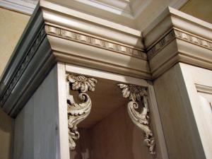 Visoki zgornji zaključki in ornamenti na kuhinjskih omaricah