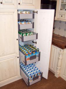 Samozapiralni notranji predali za shranjevanje živil v kuhinji