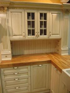 Okrasni renesančni polkrožni zaključki stebrov v kuhinji