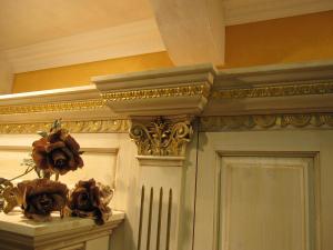 Okrasni renesančni zlateni polkrožni zaključek nad kuhinjo