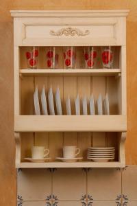 Sklednik z ornamentom akantov venec v kuhinji Rustika Masiva d.o.o.