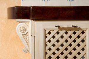 Antična konzola podpira delovni pult v kuhinji Rustika Masiva d.o.o.
