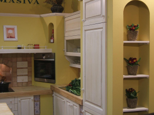 Poličke s cvetjem v zidani kuhinji rustika Masiva d.o.o.