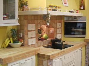 Pečica v kotu ob kuhališču v kuhinji Rustika Masiva d.o.o.