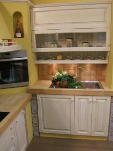 Stenska omarica z dvižnim odpiranjem v zidani kuhinji