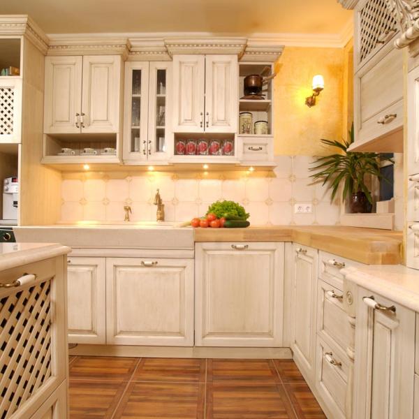Lesena mreža na predalih in vratcih omaric v kuhinji Rustika Masiva d.o.o.