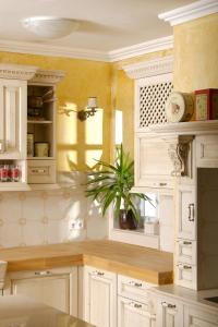 Mreža na vratcih in poličke vdahnejo toplino vsaki kuhinji