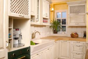 Kavomat nad pečico v kuhinji