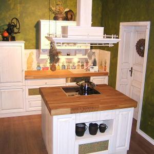 Kuhinja Shabby chic z otočno napo