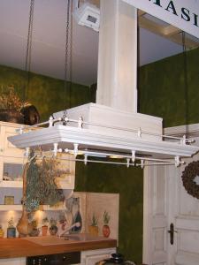 Otočna kuhinjska napa z leseno ograjico v kuhinji Rustika Masiva d.o.o.