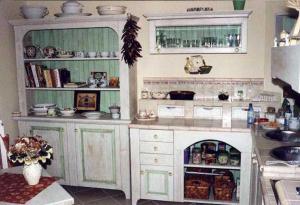 Kredenca v kuhinji z romantičnim pridihom Rustika Masiva d.o.o.