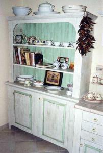Barve kuhinjskih vratic so v nežnih pastelnih tonih