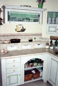 Leseni predalčki nad kuhinjskim delovnim pultom