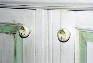 Pohištveni ročaji z ročno poslikavo v kuhinji Rustika Masiva d.o.o.