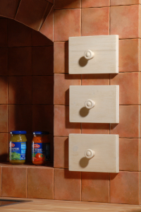 Leseni predalčki v zidu kuhinje Rustika Masiva d.o.o.