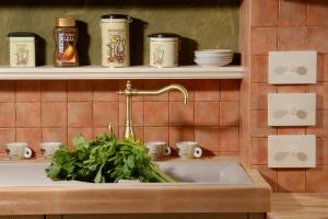 Polička v kuhinji Rustika Masiva, za živila na vidnem mestu