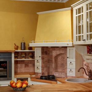 Kuhinja Shabby chic s kamnitimi ploščicami