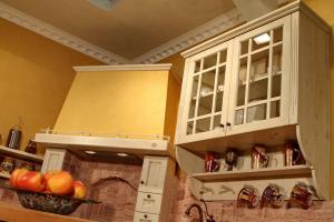 Omarica z držalom za skodelice in polico v kuhinji Rustika Masiva d.o.o.