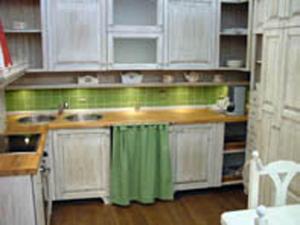 Zavesa na kuhinjski omarici kot romantični dodatek
