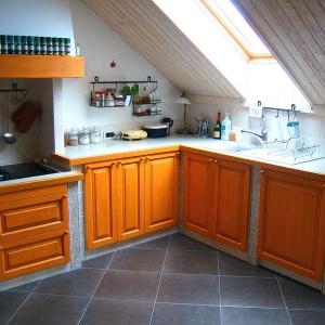 Kuhinja Masonry v oranžni barvi