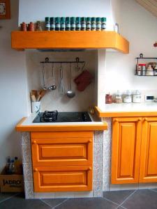 Kuhališče je znižano, kar omogoča lažje delo v kuhinji