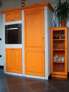 Omare za hladilnik in pečico, ter vitrina v kuhinji Rustika Masiva d.o.o.