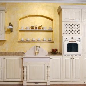 Visoke omare za hladilnik in pečice v kuhinji Rustika Masiva d.o.o.