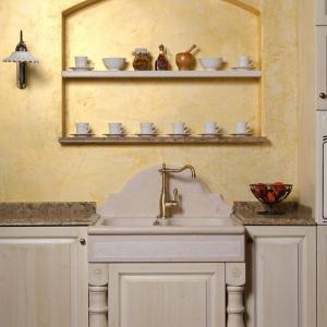 Lesena in granitna polička v niši nad kuhinjskim pomivalnim koritom