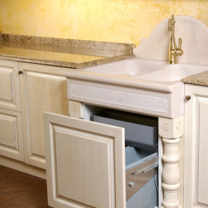 Moderni vgradni sistem sortirnika za smeti v kuhinji Rustika Masiva d.o.o.