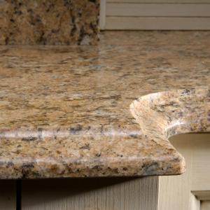 Faseta na granitnem pultu kot eleganten zaključek kuhinje