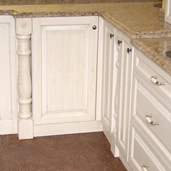 Izrezljani leseni stebrički kot kuhinjski zaključki