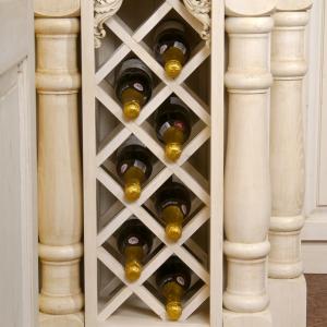 Vinska omarica z ornamenti v kuhinji Rustika Masiva d.o.o.
