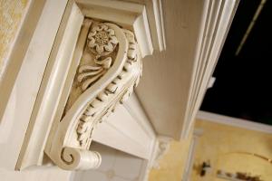 Antična konzola iz rimske renesanse kot podpora police v kuhinji