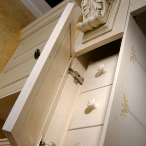 Skriti leseni predalčki za začimbe v kuhinjski niši