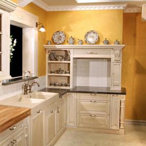 Kuhinja Luxury s črnim granitom in hrastom