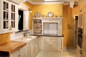 Kombinacija hrastovega in granitnega pulta v kuhinji Rustika Masiva d.o.o.