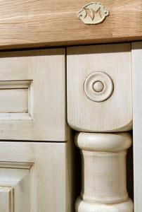 Izrezlan leseni stebriček z ornamentom v kuhinji Rustika Masiva d.o.o.