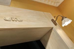 Okrasni akantov venec na podboju v kuhinji Rustika Masiva d.o.o.