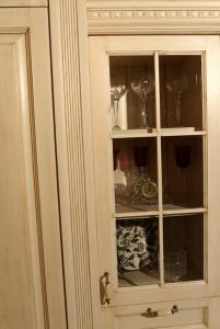 Masivna vitrina s predalom v kuhinji Rustika Masiva d.o.o.