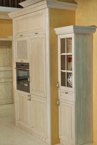 Kuhinjska omara za pečico in nad njo skrita mikrovalovna pečica