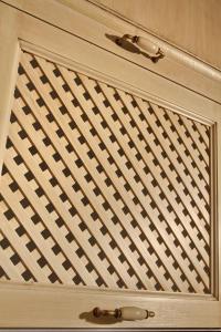 Dvižna vratica z leseno mrežo v kuhinji