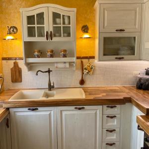 Kuhinja Shabby chic z usnjenimi ročaji