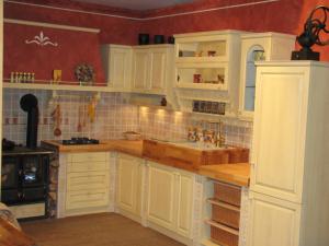 Zgornji sestav raznolikih omaric v country izvedbi kuhinje