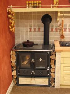 Štedilnik na drva, na desni pa steklokeramično kuhališče