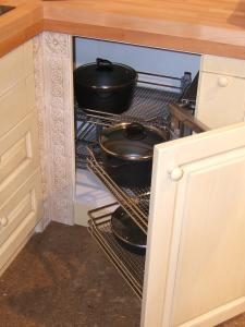 Kotni izvlečni sistem kromiranih košar v kuhinji