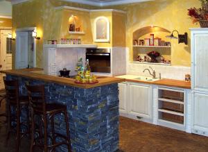 Kuhinjski šank iz kamna in lesa v zidani kuhinji
