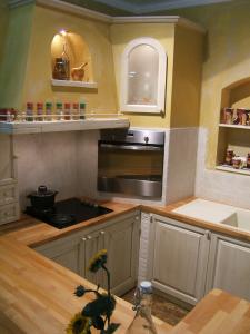 Leseni oljeni kuhinjski pult v zidani kuhinji Rustika Masiva d.o.o.